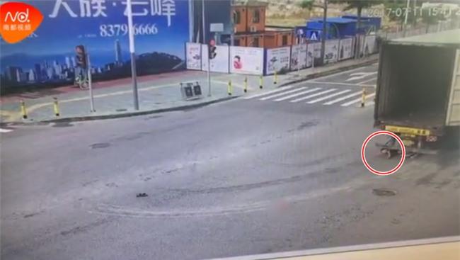 Đột ngột quay đầu, container kéo lê rồi đè nghiến lên chiếc xe máy bên cạnh khiến 1 người chết - Ảnh 9.
