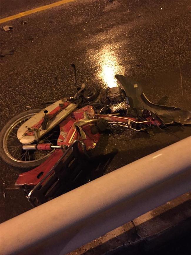 chiếc xe máy bị hư hỏng nặng sau vụ tai nạn giao thông trên cầu Chương Dương