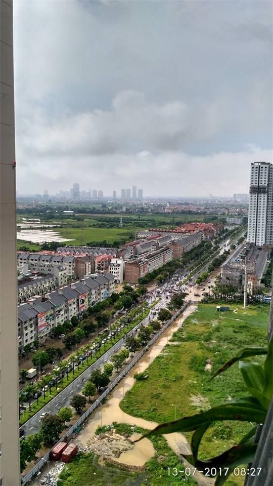 Đại lộ Thăng Long ngập sâu hơn 1m sau trận mưa lớn. - Ảnh 1.