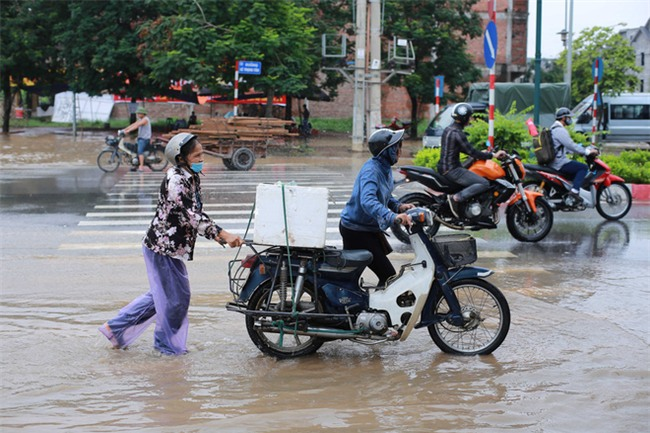 Đại lộ Thăng Long ngập sâu hơn 1m sau trận mưa lớn. - Ảnh 2.