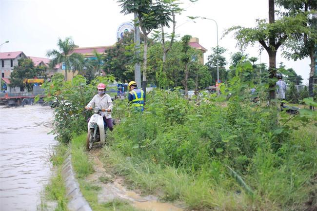 Đại lộ Thăng Long ngập sâu hơn 1m sau trận mưa lớn. - Ảnh 3.