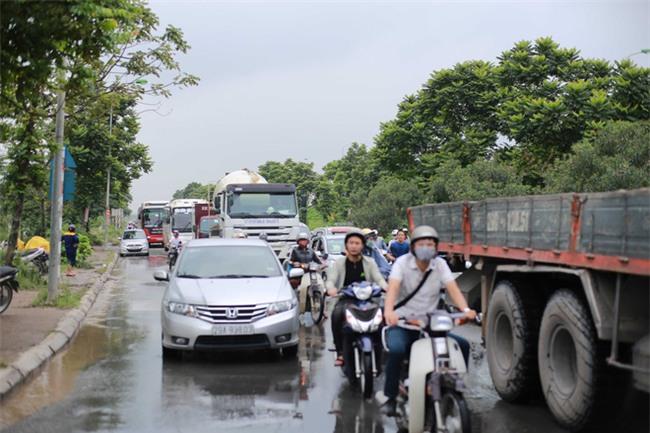 Đại lộ Thăng Long ngập sâu hơn 1m sau trận mưa lớn. - Ảnh 4.