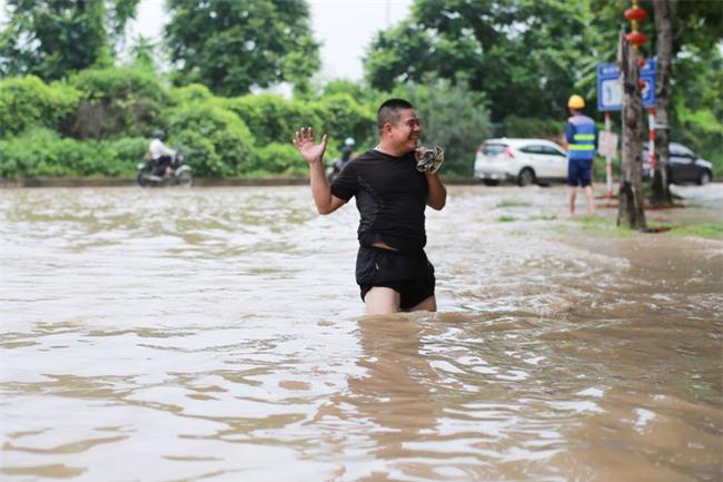 Đại lộ Thăng Long ngập sâu hơn 1m sau trận mưa lớn. - Ảnh 5.