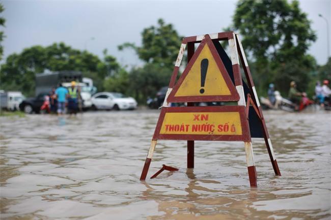 Đại lộ Thăng Long ngập sâu hơn 1m sau trận mưa lớn. - Ảnh 6.