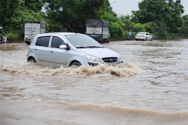 Đại lộ Thăng Long ngập sâu hơn 1m sau trận mưa lớn. - Ảnh 10.