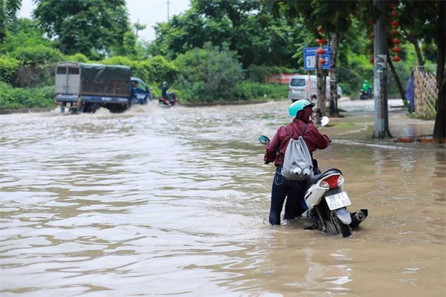 Đại lộ Thăng Long ngập sâu hơn 1m sau trận mưa lớn. - Ảnh 11.