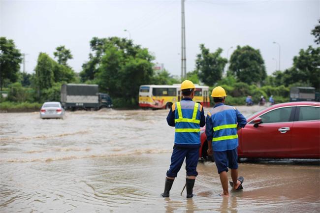 Đại lộ Thăng Long ngập sâu hơn 1m sau trận mưa lớn. - Ảnh 12.