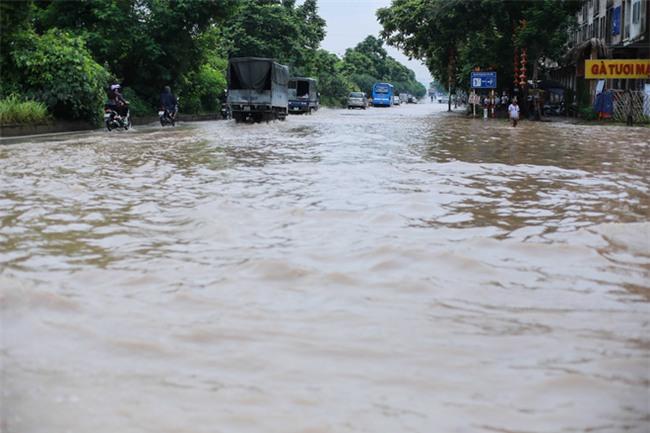 Đại lộ Thăng Long ngập sâu hơn 1m sau trận mưa lớn. - Ảnh 7.