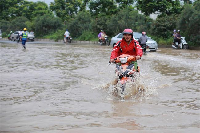 Đại lộ Thăng Long ngập sâu hơn 1m sau trận mưa lớn. - Ảnh 9.
