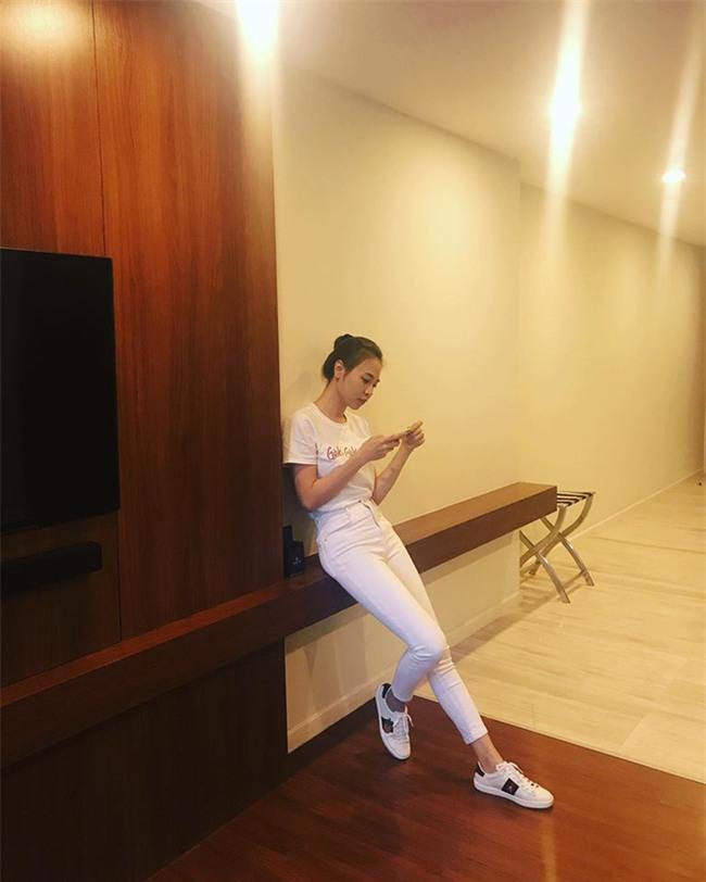 Hà Hồ và tình mới của Cường Đô la cùng mặc áo phông trắng, ai phong cách hơn ai - Ảnh 3.