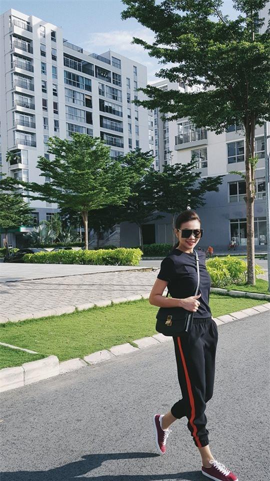 Hà Hồ và tình mới của Cường Đô la cùng mặc áo phông trắng, ai phong cách hơn ai - Ảnh 4.