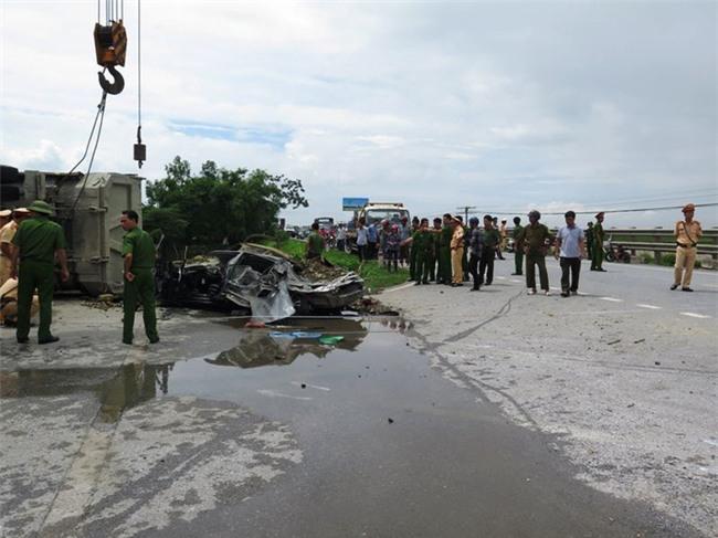 Nam Định: Xe tải chở đất lật nghiêng, đè xe con bẹp dúm, tài xế tử vong thương tâm - Ảnh 2.
