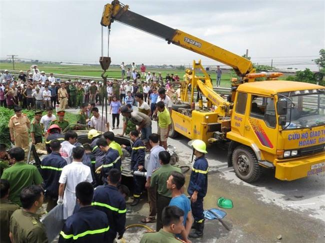 Nam Định: Xe tải chở đất lật nghiêng, đè xe con bẹp dúm, tài xế tử vong thương tâm - Ảnh 3.