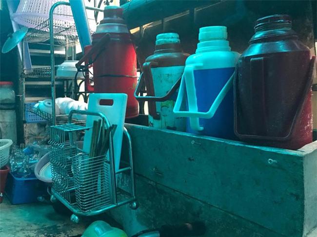 Người quay clip lấy nước rửa chân pha trà cho khách xin lỗi và hứa tìm việc giúp bà chủ quán trà đá - Ảnh 2.