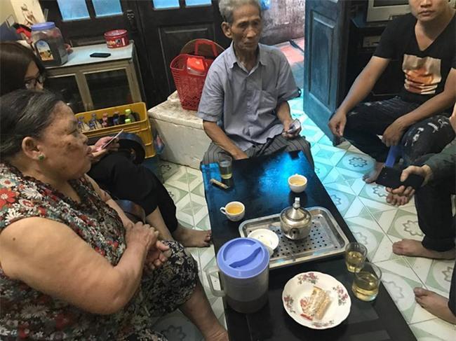 Người quay clip lấy nước rửa chân pha trà cho khách xin lỗi và hứa tìm việc giúp bà chủ quán trà đá - Ảnh 3.