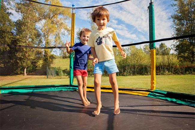 Bé trai gãy cả 2 chân sau khi chơi bạt nhún, các bậc phụ huynh tuyệt đối không cho con nhỏ chơi trò này - Ảnh 3.