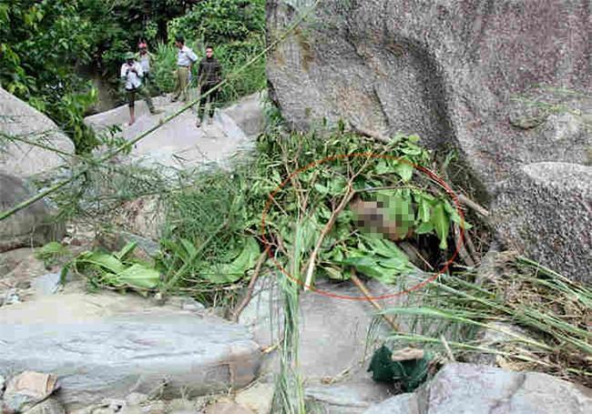 Đi câu cá phát hiện thi thể một phụ nữ khoả thân kẹt bên tảng đá - Ảnh 1.