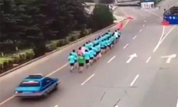 Clip: Khoảnh khắc xe taxi tông trúng đoàn người đang chạy bộ, 3 nạn nhân thương vong - Ảnh 3.
