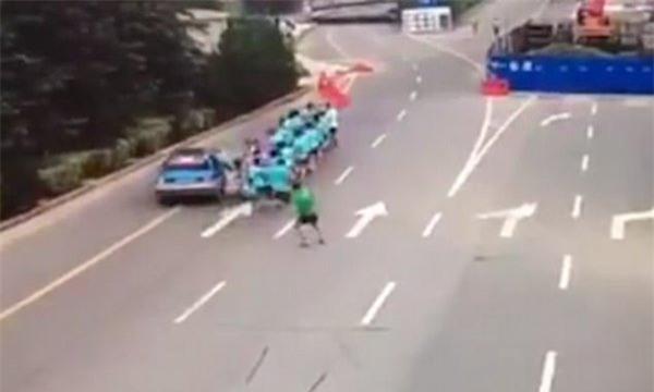Clip: Khoảnh khắc xe taxi tông trúng đoàn người đang chạy bộ, 3 nạn nhân thương vong - Ảnh 4.