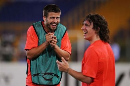 """Gerard Pique từng nghẹn ngào ca ngợi Carlos Puyol là """"thiên thần hộ mệnh"""" của mình. Và ngày mà người đội trưởng huyền thoại của Barca nói lời tạm biệt với câu lạc bộ, Pique hẳn cũng chính là người buồn bã nhất, vì vừa mất đi một thủ lĩnh trên sân cỏ lại vừa mất đi một người bạn thân thiết."""