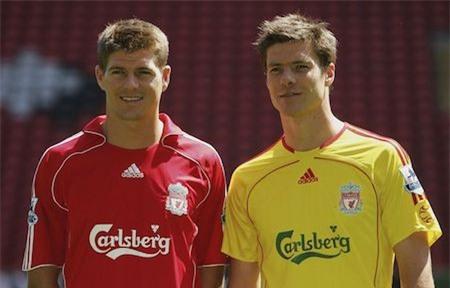 """Steven Gerrard và Xabi Alonso thực sự là những đối tác ăn ý trong thời kì đỉnh cao của Liverpool. Kể cả sau này, khi mỗi người một phương trời thì hai chàng cầu thủ vẫn luôn nhớ về nhau và ngày Gerrard nói lời tạm biệt với sân Anfield, Alonso cũng không thể giấu nổi niềm xúc động dành cho """"người hùng, người đồng đội"""" của mình."""