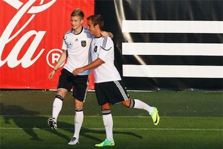 """Gắn bó với nhau từ thuở thiếu thời, Marco Reus và Mario Gotze từng là nguồn cảm hứng bất tận giúp Dortmund bay cao tại Bundesliga. Những tưởng tình bạn đẹp này sẽ bị rạn nứt khi Gotze chuyển sang thi đấu cho """"Hùm Xám"""" nhưng hai ngôi sao vẫn là anh em tốt bên ngoài sân cỏ và làm đồng đội ăn ý tại đội tuyển quốc gia Đức."""