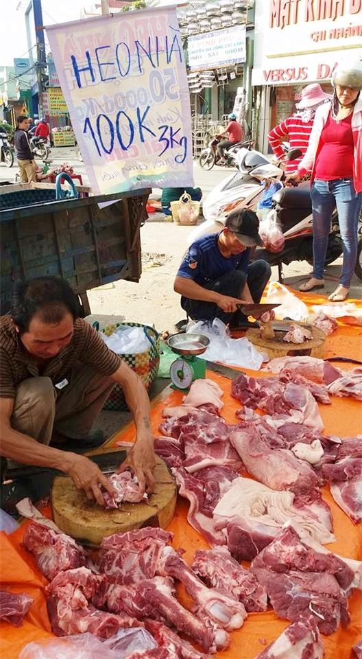 Thực hư chuyện thịt heo 100.000/3kg bán tràn lan khắp lề đường Sài Gòn - Ảnh 1.
