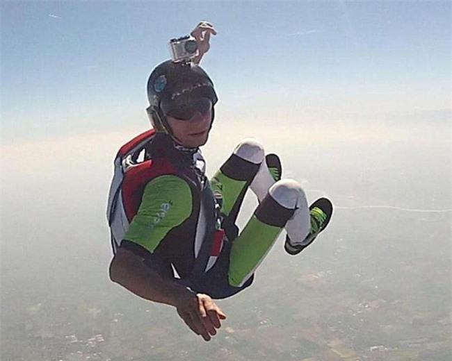 Vận động viên nhảy dù gửi video thông báo với vợ sẽ tới nơi thanh bình chỉ vài phút trước khi nhảy từ máy bay tự tử - Ảnh 2.