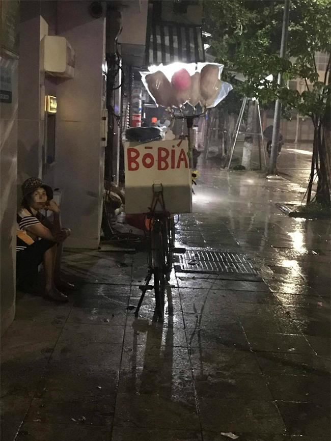 Cơn mưa rào lúc 1h sáng và gói mì tôm 10 nghìn khiến cô bán hàng rong lưỡng lự - Ảnh 5.