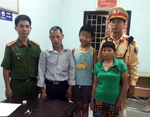 Hà Nội: CSGT tìm gia đình cho cháu bé bị đi lạc trên cao tốc  - Ảnh 1.