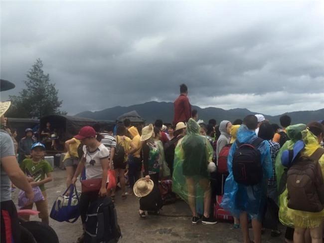 Cả ngàn du khách mắc kẹt trên các đảo ở Quảng Ninh - ảnh 1