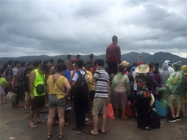 Cả ngàn du khách mắc kẹt trên các đảo ở Quảng Ninh - ảnh 2