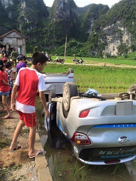 Vợ gọi nhóm côn đồ đến hành hung chồng cũ, dân làng bức xúc vây bắt rồi lật úp cả 2 xe ô tô - Ảnh 1.