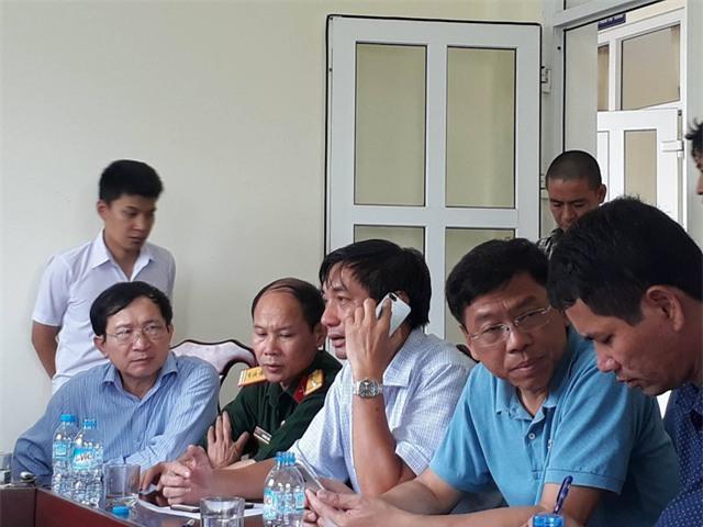 Ông Vương Bình Minh - Giám đốc Cảng vụ hàng hải Nghệ An (người nghe điện thoại) chỉ đạo công tác tìm kiếm.