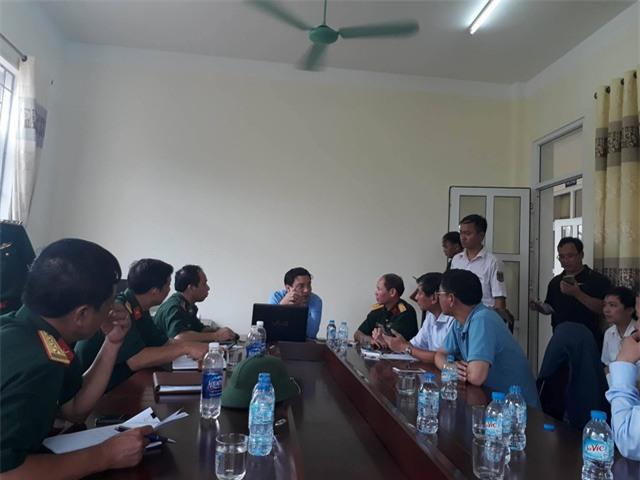 Ông Nguyễn Đắc Vinh (giữa) trực tiếp chỉ đạo công tác tìm kiếm cứu nạn.