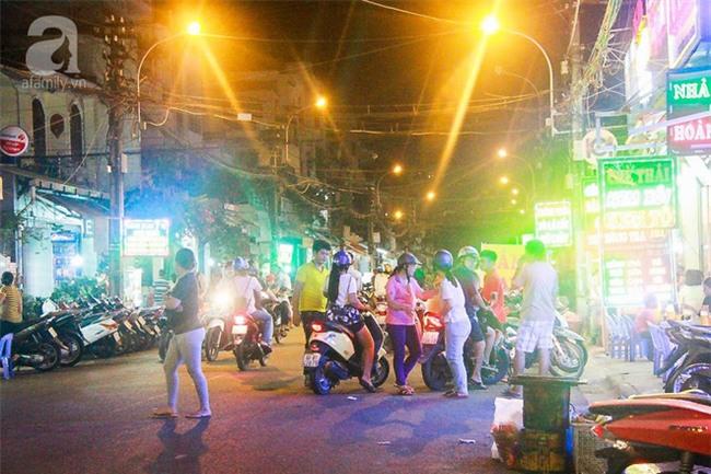 Cận cảnh phố ẩm thực đầu tiên ở Sài Gòn khiến giới trẻ phát cuồng - Ảnh 2.