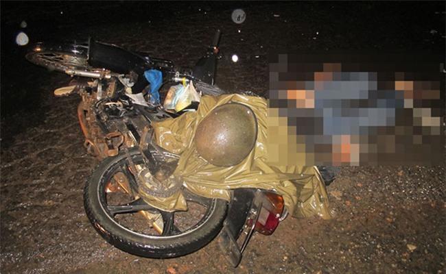 Tà áo mưa cuốn vào xích xe máy dẫn đến cái chết thương tâm  /// Ảnh: Lâm Viên