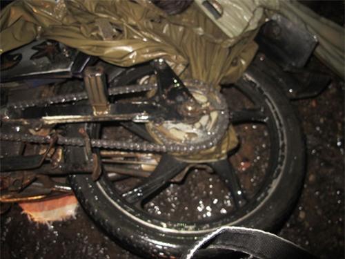Tử vong vì bị áo mưa quấn vào xích xe, siết cổ trong lúc đổ đèo Mimosa - ảnh 2