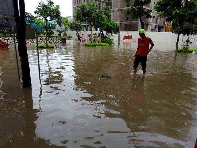 Hà Nội: Nhiều chung cư, khu đô thị bị cô lập vì nước ngập lớn  - Ảnh 15.