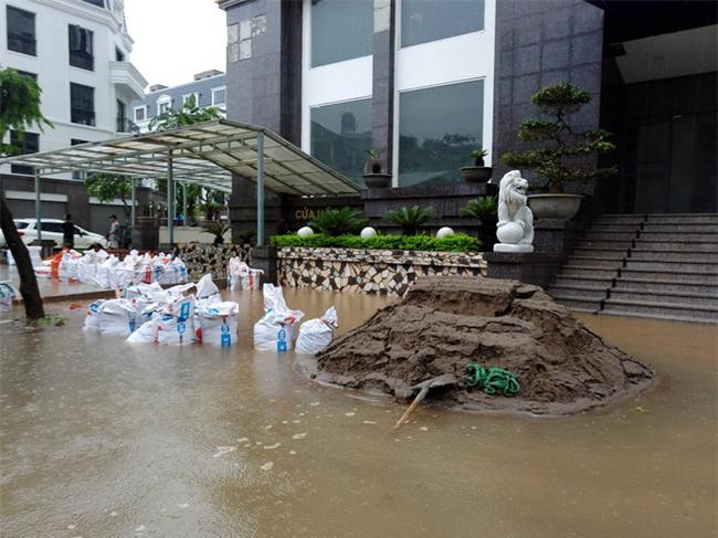 Hà Nội: Nhiều chung cư, khu đô thị bị cô lập vì nước ngập lớn  - Ảnh 16.