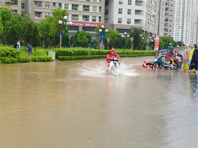 Hà Nội: Nhiều chung cư, khu đô thị bị cô lập vì nước ngập lớn  - Ảnh 4.