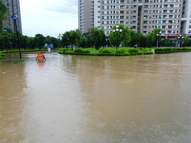 Hà Nội: Nhiều chung cư, khu đô thị bị cô lập vì nước ngập lớn  - Ảnh 5.