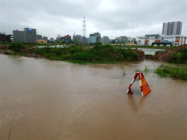 Hà Nội: Nhiều chung cư, khu đô thị bị cô lập vì nước ngập lớn  - Ảnh 8.