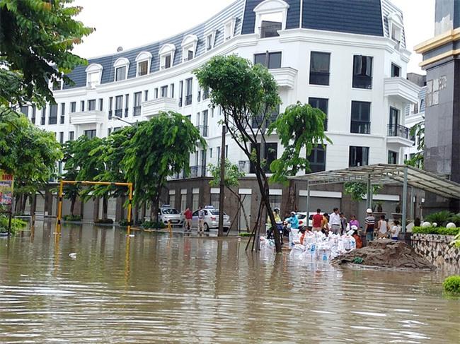 Hà Nội: Nhiều chung cư, khu đô thị bị cô lập vì nước ngập lớn  - Ảnh 9.