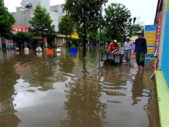 Hà Nội: Nhiều chung cư, khu đô thị bị cô lập vì nước ngập lớn  - Ảnh 10.
