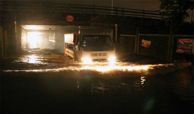 Chiếc xe tải chở gas dũng mãnh lao qua hầm chui ngập nước, song đến cuối hầm, chiếc xe này cũng bị khựng lại, chết máy.
