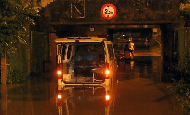 Một chiếc xe cứu thương chở người đi cấp cứu bị chết máy, mắc kẹt giữa hầm chui. Tài xế phải dùng cáng chuyển bệnh nhân lên xe taxi phía bên kia hầm để tiếp tục di chuyển.