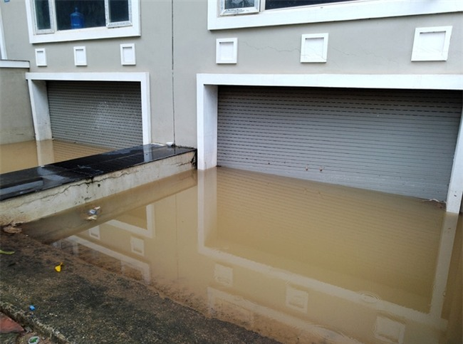 Hà Nội: Sau 1 ngày mưa bão, hàng chục căn biệt thự tại Thiên đường Bảo Sơn vẫn ngập chìm trong nước - Ảnh 1.