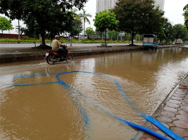Hà Nội: Sau 1 ngày mưa bão, hàng chục căn biệt thự tại Thiên đường Bảo Sơn vẫn ngập chìm trong nước - Ảnh 10.