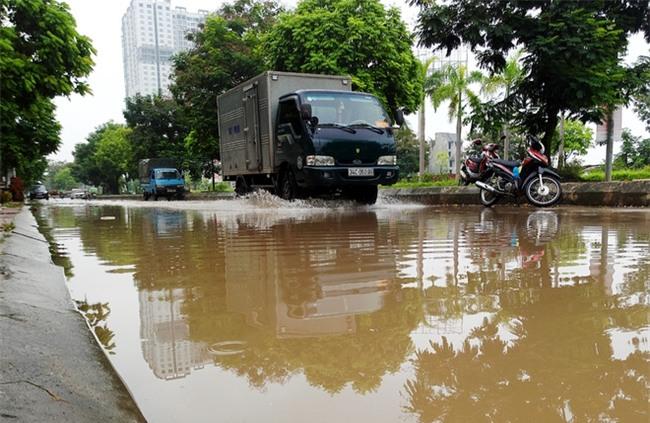 Hà Nội: Sau 1 ngày mưa bão, hàng chục căn biệt thự tại Thiên đường Bảo Sơn vẫn ngập chìm trong nước - Ảnh 12.